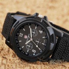 Kareiviškas sportinio stiliaus laikrodis su medžiagine apyranke