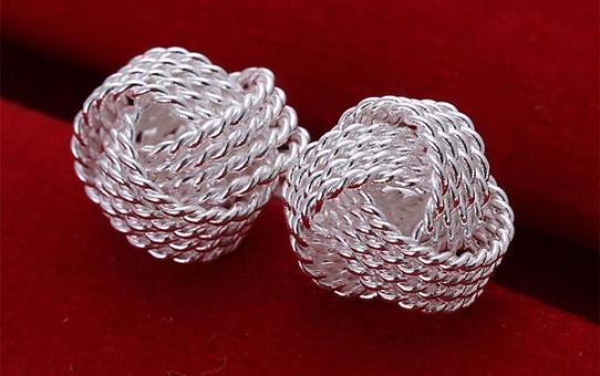 Madingi teniso kamuoliuko formos pasidabruoti auskarai